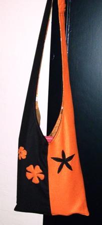 """Sac bandoulière """"power flower"""", bicolore, en laine feutrée et feutrine, (2006-2007)."""