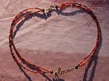 collier orangé - rouge avec pendentif doré